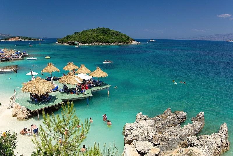 In het zuiden van Albanië liggen de  vier kleine Ksamil eilanden.