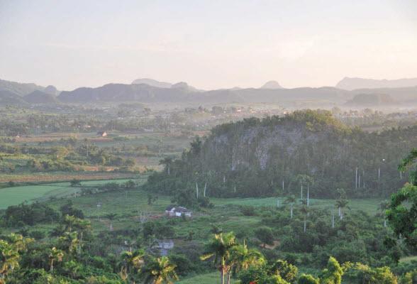 De typische mogotes in de vallei van Viñales, Cuba