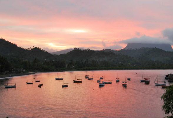 De baai van Baracoa met de berg El Yunque op de achtergrond