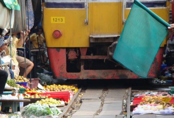 Bangkok: trein rijdt door markt