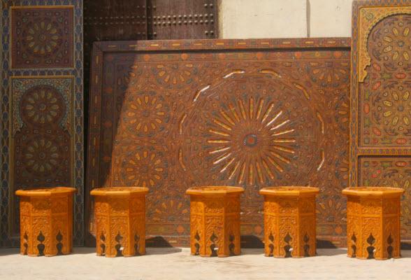 Meubels tafels houtsnijwerk Fez Marokko