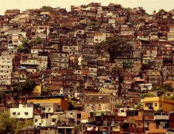 Vrolijkheid in sloppenwijk van Rio
