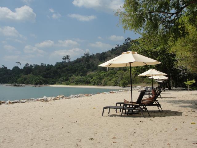 We boeken in een internetcafé een paar daagjes Langkawi en bij terugkomst op Penang gaan we naar het voormalige vissersplaatsje Batu Ferringhi. De grotere hotels liggen direct aan het strand en vanuit de tuin of het zwembad stap je zo het strand op.