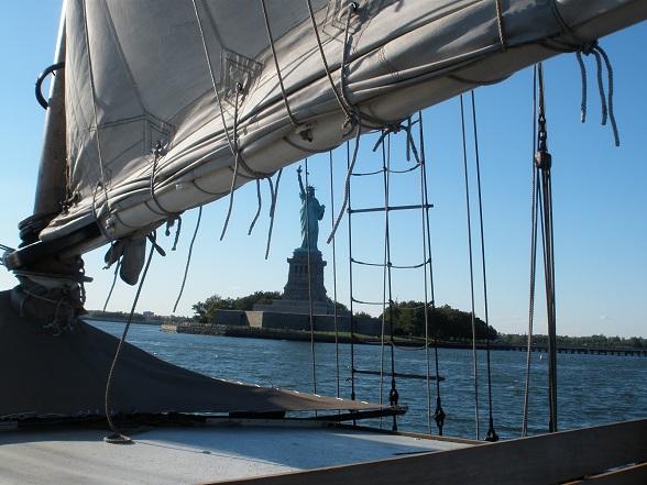 Zicht op het Vrijheidsbeeld tijdens Manhattan by sail