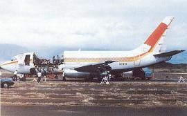 Aloha Airlines Flight 243; de Boeing 737-200 van Ahola Airlines die in 1988 tijdens de vlucht in Hawaii eveneens onbedoeld in een cabrio veranderde.