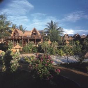 Villa Ombak is een koloniaal viersterren strandhotel dat bestaat uit bungalows in de traditionele Lumbungstijl: bamboehutten met hoge plafonds en hangmatten op de veranda.