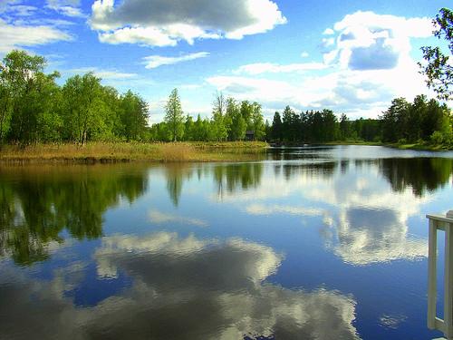 Dalarna heeft een prachtig landschap van groene heuvels, blauwe meren en donkere wouden, omringt door uitgestrekte bergen.