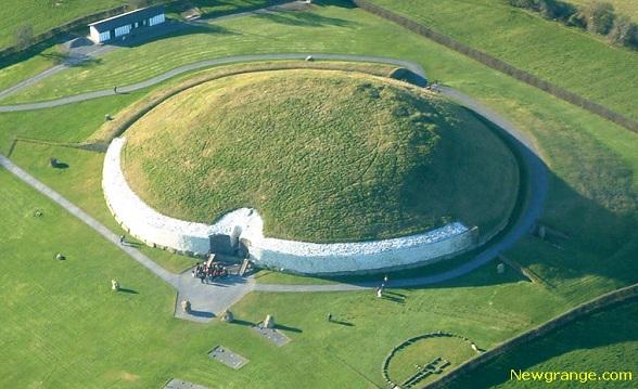 Newgrange is een kunstmatige heuvel, versiert met primitieve kunst, die stamt uit 3200 voor Christus. Waarschijnlijk is hij opgebouwd door een boerengemeenschap, om te dienen als tempel of verzamelpunt. De ware bedoelingen van Newgrange zijn niet bekend, al zijn er verschillende waarschijnlijke theorieën.