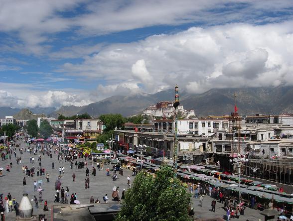 Toeristen die van plan zijn de komende maanden naar Tibet te reizen, kunnen deze vakantie beter nog even uitstellen. China heeft de grenzen van de provincie Tibet tot augustus gesloten.