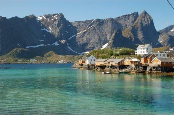 Norge Reiser heeft ook voor de actieve reiziger mogelijkheden te over. U kunt bij ons bijvoorbeeld in de winter skitrektochten en in de zomer wandeltochten reserveren, maar ook een actieve reis op maat laten samenstellen.