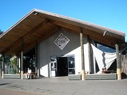Het bezoekerscentrum, vanwaar we vertrekken naar het Tamaki Maori Village