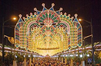 Gedurende de zwoele zomernachten vertrekt de bevolking massaal naar het feestterrein even buiten de stad, naar het Real de la Feria aan de Cortijo de Torres, waar de Feria de Noche rond negen uur begint. Dit is een enorme kermis met meer dan 200 feesttenten (casetas), specifiek opgebouwd voor de Feria.
