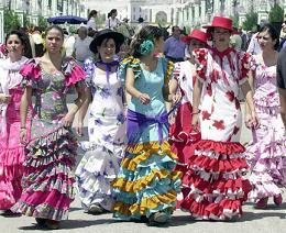 De mannen zijn gekleed in laarzen en korte jasjes, velen van hen op een paard, en de Spaanse vrouwen lopen rond in prachtige jurken met bloemen in hun haar.