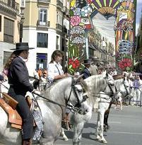 De Feria de Málaga behoort tot een van de grootste evenementen van Spanje met tal van activiteiten in mooi gedecoreerde straten. De mannen zijn gekleed in laarzen en korte jasjes, velen van hen op een paard, en de Spaanse vrouwen lopen rond in prachtige jurken met bloemen in hun haar.