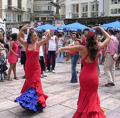 Flamencomuziek, dans, kraampjes met typische Andalusische gerechten en traditionele kleding zorgen voor een bruisende stad.