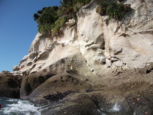 Glashelder water, goudgele stranden en rotsachtige kusten. Dit alles vormt het decor voor een dag vrij kajakken in Abel Tasman National Park, één van de meest idyllische nationale parken van Nieuw-Zeeland.