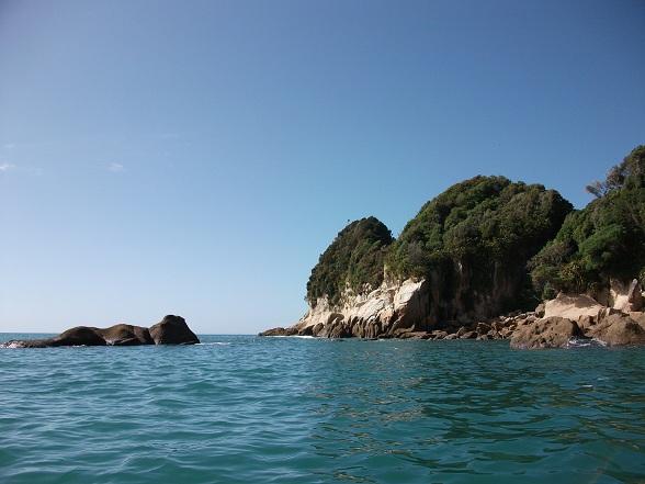 Vanwege het relatief veilige water en de prachtige omgeving is het Abel Tasman NP een van de beste plaatsen voor een goede zeekajaktocht. Je vaart langs mooie baaien en stranden met groene palmen in superhelder water, waar je zelfs zeehonden en dolfijnen tegen kunt komen