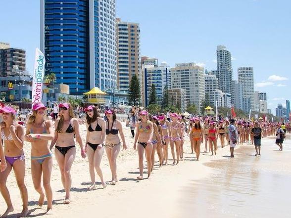 De grootste bikiniparade ooit met een recordaantal vrouwen in bikini