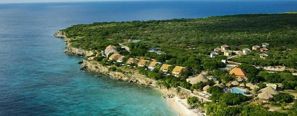 Curaçao, het bekendste eiland van de (voormalige Nederlandse) Antillen in de Caribbean, kent het hele jaar door een heerlijk klimaat wat veel Nederlandse vakantiegangers doet besluiten jaar na jaar terug te keren. Het is prima toeven op de heerlijke stranden, variërend van witte zandstranden met toeristische faciliteiten tot rustige strandjes die tussen de rotsen en baaien verborgen liggen.