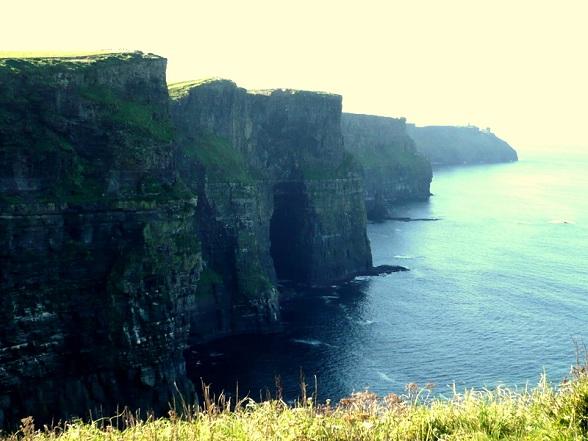 De klippen van Moher zijn een waar gegeven in Ierland. Met een hoogte van 120 meter tot wel 214 meter behoren deze klippen tot de hoogste in Europa. Iedereen heeft ervan gehoord.