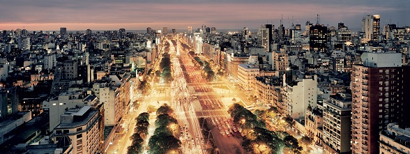 Buenos Aires is de hoofdstad van Argentinië. Dankzij talloze winkels en boetieks, zijn architectuur, zijn culturele leven, restaurants en zijn kosmopolitische bevolking van overwegend Italiaanse, Spaanse, Franse, Duitse, Engelse, Oost-Europese, Arabische en Aziatische herkomst, staat Buenos Aires ook als het Parijs van het zuiden bekend.