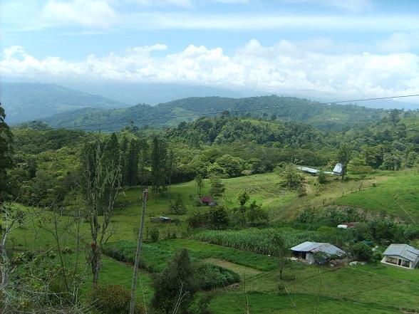 Het Nationaal Monument Guayabo bevindt zich op de flanken van de vulkaan Turrialba, ongeveer 19 kilometer ten noorden van de stad Turrialba, en wordt beschouwd als een van de belangrijkste archeologische vindplaatsen van het land.
