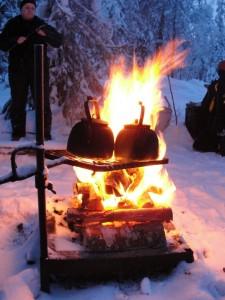 Heerlijk een worstje grillen bij het kampvuur, waar al snel een grote theepot boven pruttelt