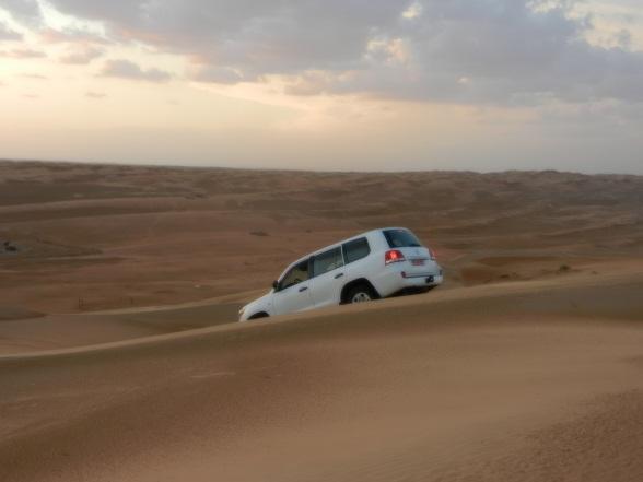 Dune Bashing is het in een 4 wheel-drive auto de (woestijn) duinen in om te racen. Je gaat over de hele hoge duinen al gierend omoog en dan weer steil naar beneden. Het kan bijvoorbeeld in Dubai, Peru, Oman of de USU. Helemaal niet goed voor het milieu en vaak ook niet goedkoop maar wel erg spectaculair. De Wahiba Sands in Oman vormen een prachtig decor om te dune bashen en de wel 200 meter hoge zandduinen zorgen ervoor dat je maag flink zal buitelen. Dune Bashing hier wordt vaak gecombineerd met een nacht slapen in  een desert kamp in de woestijn, ook kan je eventueel bij zonsopkomst of zonsondergang nog een stukje kameel rijden.
