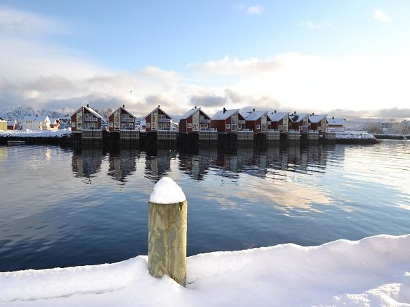 Rorbuer, authentieke Noorse rode vissershuisjes op palen