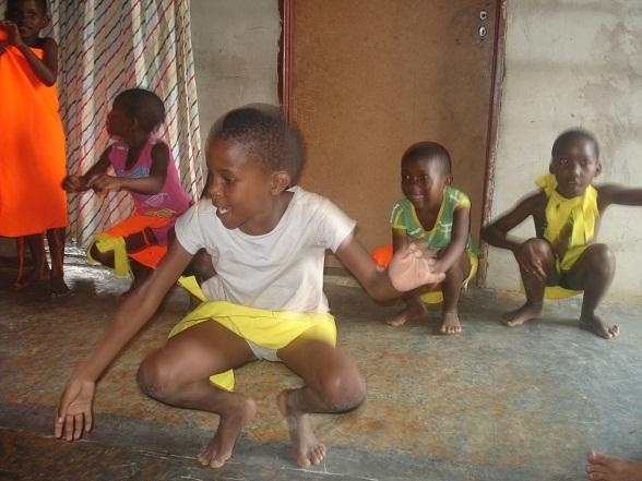 Alle kinderen verzamelen zich in de woonkamer, die al snel heel vol en warm wordt. Een omgekeerde emmer en een stuk hout doen dienst als trommel, en de kinderen heffen een lied aan. En ze beginnen te dansen. Heel snel. Heel soepel. Niemand danst uit de maat.