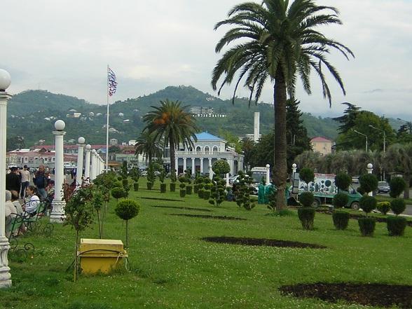 De Georgische regering wil toeristische bestemmingen als Batoemi nieuw leven inblazen, en bouwt een alcoholfontein in een poging om meer bezoekers naar de schilderachtige Caucasus staat te trekken.