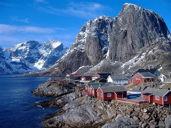 De Lofoten is een verzameling kleine en middelgrote eilanden waarvan de bergen steil uit het donkerblauwe water van de Atlantische oceaan oprijzen, hun toppen vaak omgeven door mysterieuze mist. Copyright: Andrea Giubelli / VisitNorway.com