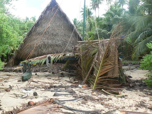 Huis en afgedekte prauw op Puluwat