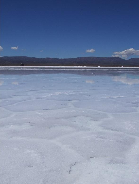 Op deze foto ligt er laagje water op het meer waardoor het op ijs lijkt. Het is mogelijk om op het zoutmeer te lopen