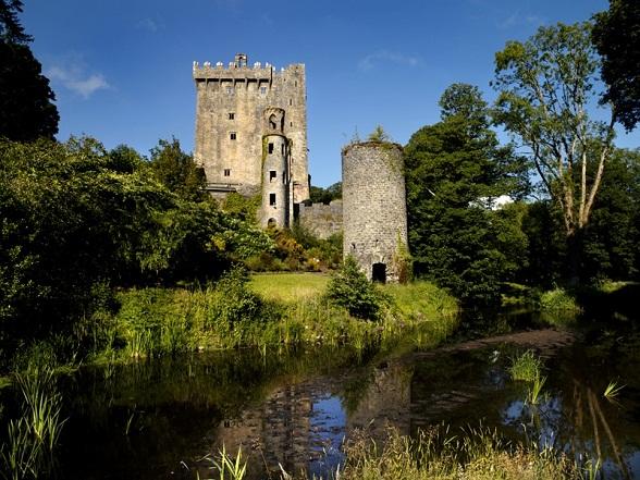 Blarney is een kleine stad, zo'n 10 kilometer ten noordwesten van de stad Cork in Ierland. De bekendste toeristische attractie van Blarney is het kasteel waarin zich de legendarische Blarney Stone bevindt.