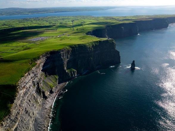 Cliffs of Moher: Vanuit O'Brien's Tower zijn bij helder weer de Araneilanden in de Baai van Galway en de Twelve Bens in het graafschap Galway goed te zien.