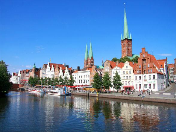 Dankzij haar compacte centrum is Lübeck uitermate goed per voet te verkennen. De vele gezellige café's en restaurants zorgen voor een aangename sfeer en een boottochtje over de Trave biedt de mogelijkheid de stad vanuit een ander perspectief te bewonderen.