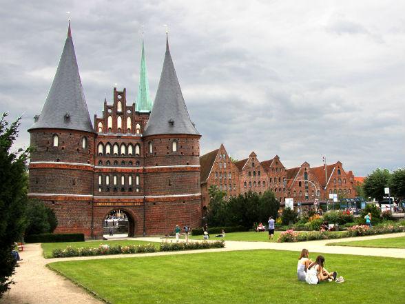 De Holstentor, het symbool van de Hanzestad, is wellicht de bekendste en belangrijkste behouden gebleven stadspoort van Duitsland uit de late middeleeuwen. Dit stukje Lübeck heeft bijna iedereen al eens in zijn portemonnee gehad, het stond namelijk op de achterkant van het oude 50-mark biljet.