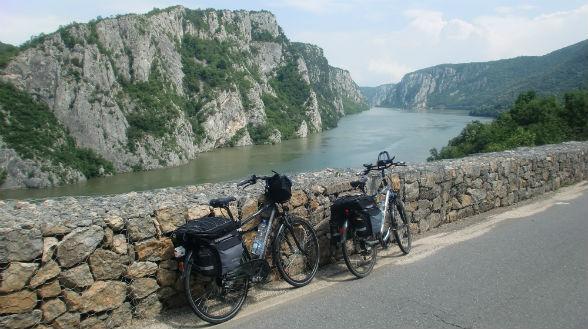 Het smalste deel van de Donau is slechts 150 meter breed, en de omliggende rotsen steken maar liefst een halve kilometer de lucht in. Zonder twijfel is de Grote Kazan een van de spectaculairste delen van de gehele Donau.