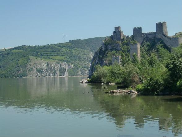 Het 14e eeuwse Golubac kasteel vormt een ware toegangspoort tot het spectaculairste deel van de Donauroute Servië: de IJzeren Poort.