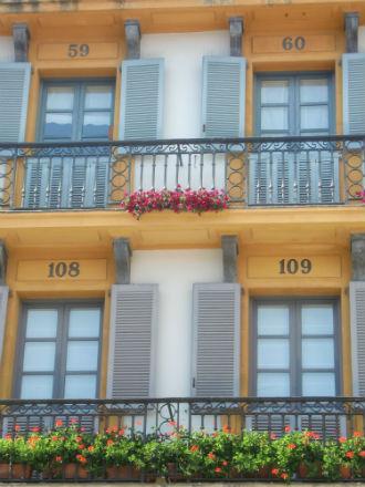 Op het Plaza de la Constitucion werden vroeger stierengevechten gehouden. De genummerde balkons van de omringende huizen verwijzen naar deze tijd.