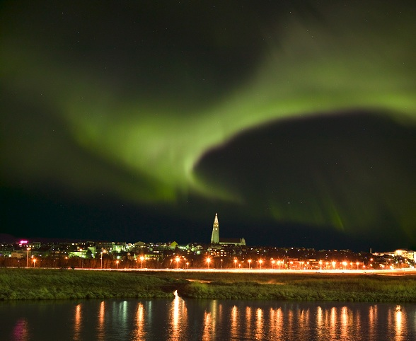 Aurora Borealis boven de Hallgrimskirkja in Reykjavik