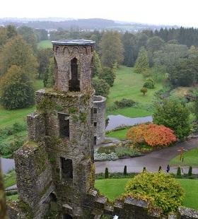 Niet alleen het kasteel is de moeite waard om naar Blarney te komen, maar ook het landgoed dat er omheen ligt. Wandel door de prachtige tuinen met groene heuvels, langs rotsen bedekt met mos en door grotten en spleten doordrenkt met allerlei mystieke Ierse legendes.