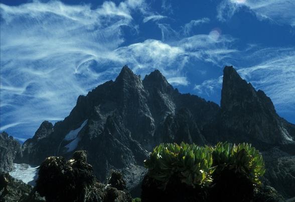 Point John (4883m) op de voorgrond en de Batian summit (5199m) links met de Nelion summit (5189m) rechts