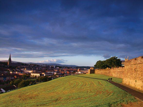 De stad heet officieel Londonderry, maar de gemeente er omheen heet officieel Derry. Er is een voorstel tot een compromis gedaan, Derry/Londonderry. Hierdoor is de ironische benaming Stroke City in zwang geraakt.