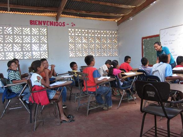 Hotel con Corazón probeert het belang van onderwijs duidelijk te maken. Nog steeds stoppen namelijk veel leerlingen met school op het moment dat ze thuis mee kunnen, en dus moeten, werken.