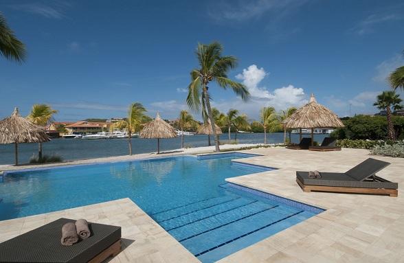 Infinity pool La Maya Beach