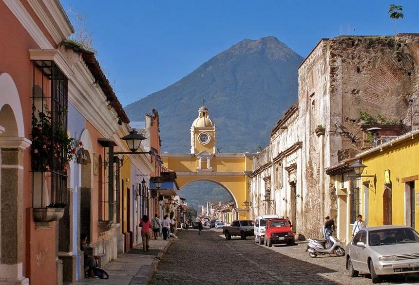 De Arco de Santa Catalina met de Agua vulkaan op de achtergrond