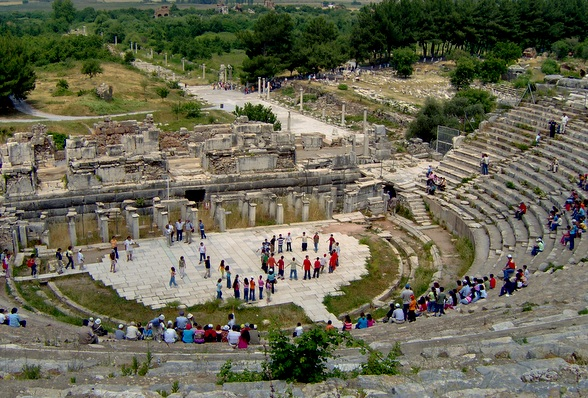 Het odeion is een bijzonder gebouw, met het podium laag op de grond met daarrond de rijzende tribunes