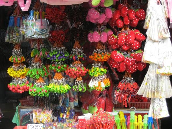 De Maleiers hebben een handig slaatje weten te slaan uit hun streekproducten. Er is zelfs een markt waar alle koopwaar in het teken van de aardbei staat, van kleding en tassen tot knuffels, pennen en snoepjes.